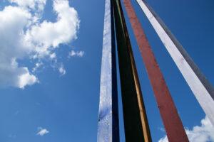Träskulptur mot himmel
